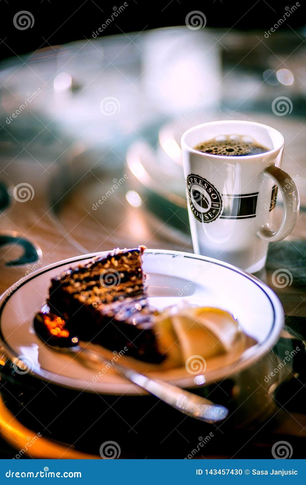 Sanfefjord, Norwegen, Espressohaus, beschädigt 2019 - Kaffeeespressoschale mit Käsekuchen auf dem Tisch