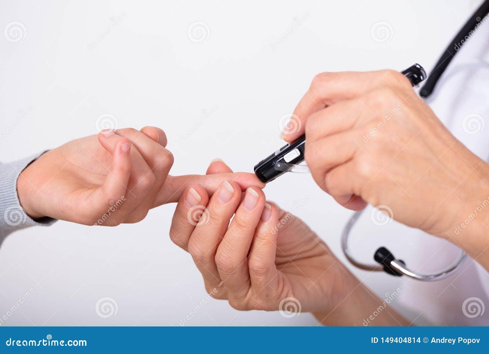Sang Sugar Level With Glucometer de docteur Measuring Patient