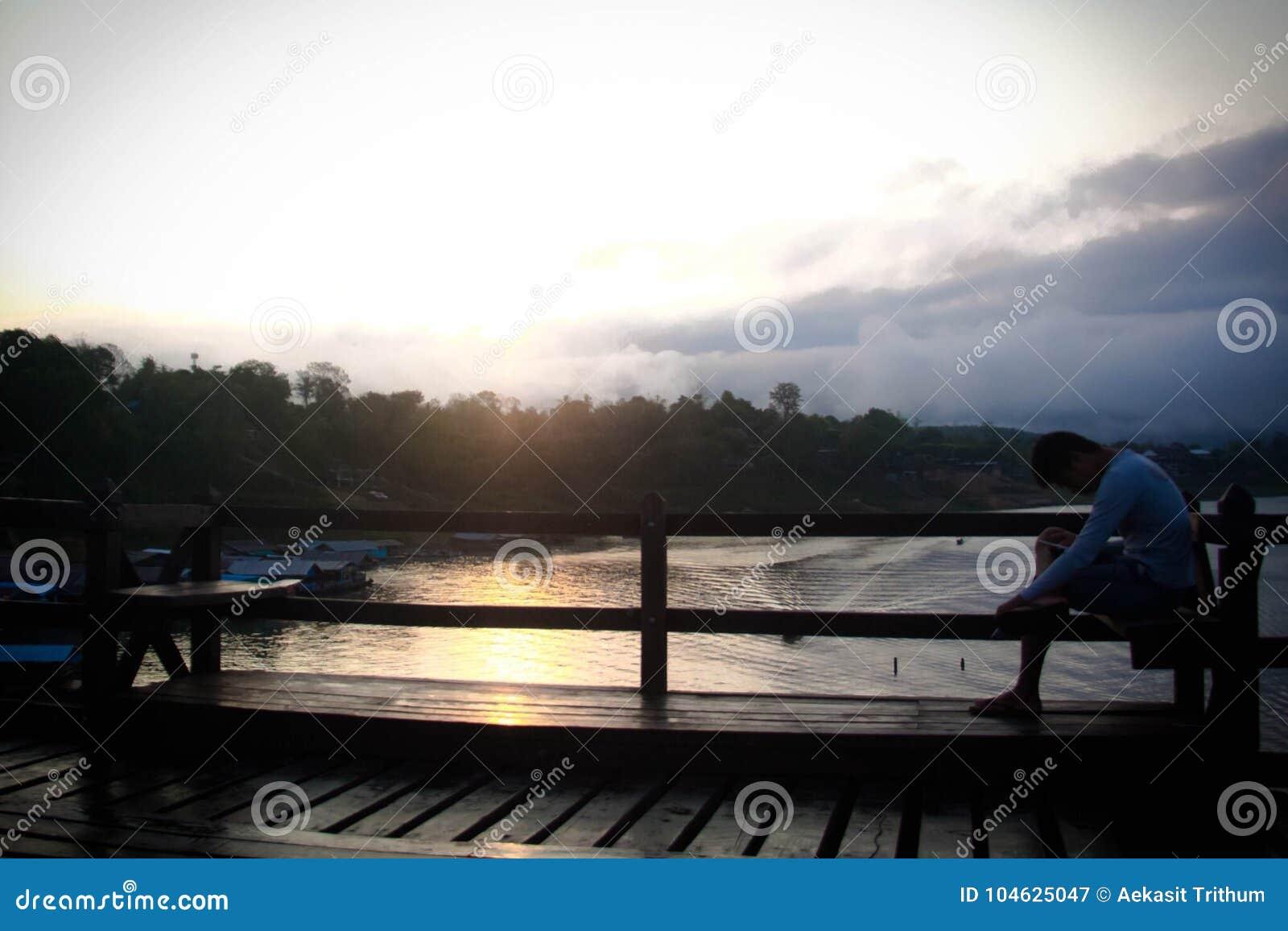 Download Sangkraburikarnchanaburi Thailand Redactionele Fotografie - Afbeelding bestaande uit rivier, brug: 104625047