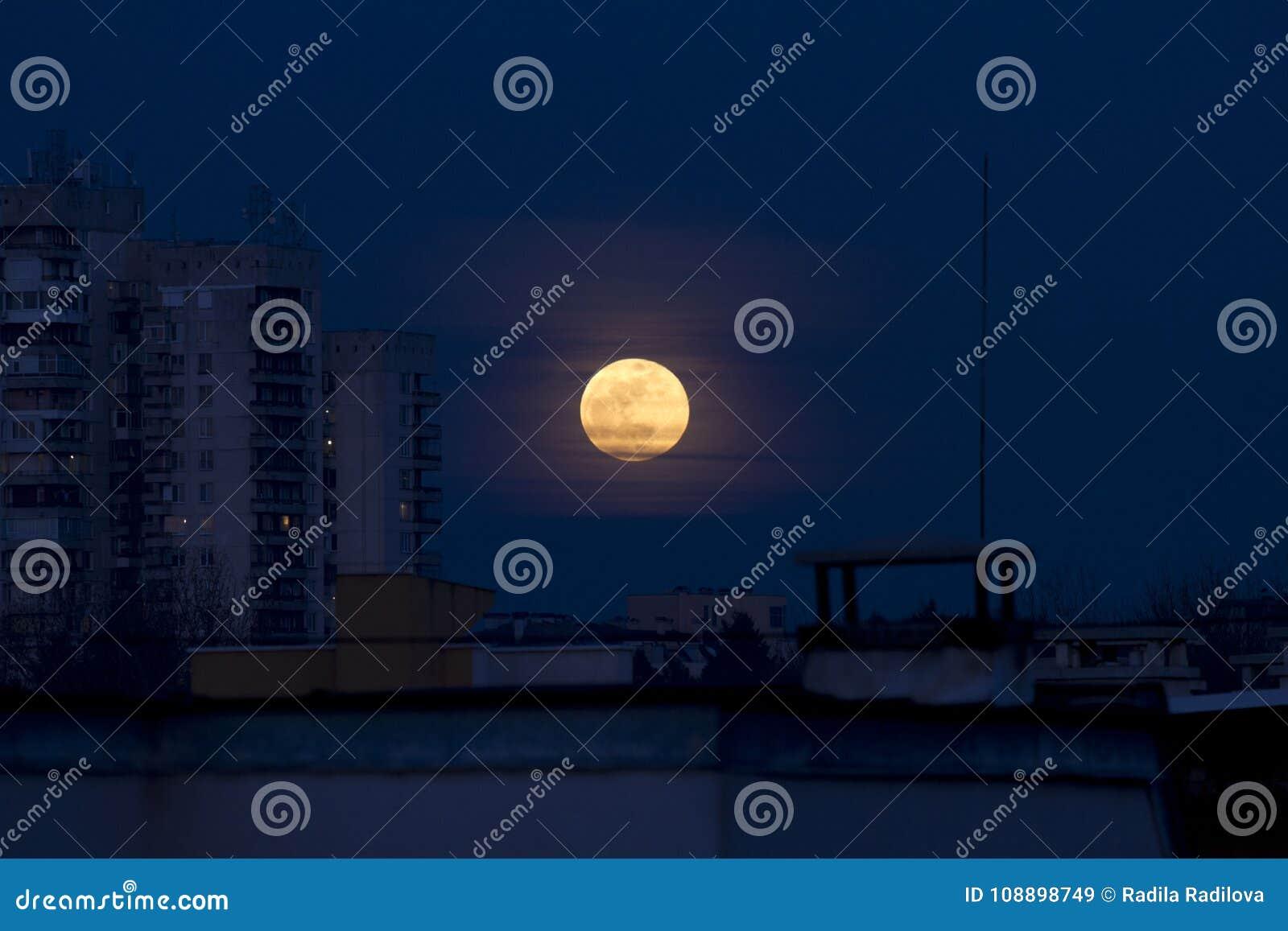 Sangre azul luna 31 de enero de 2018 estupendo de Easterm Europa, Bulgaria, Sofía Eclipse lunar La luna estupenda al lado del edi