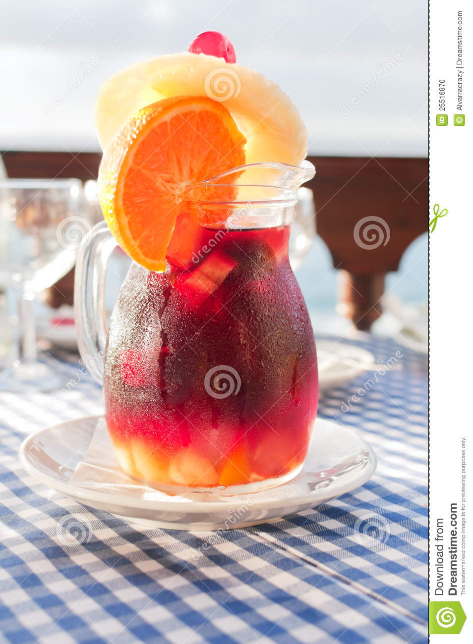 sangria froide dans la cruche en verre avec le condensat photo stock image 25516870. Black Bedroom Furniture Sets. Home Design Ideas