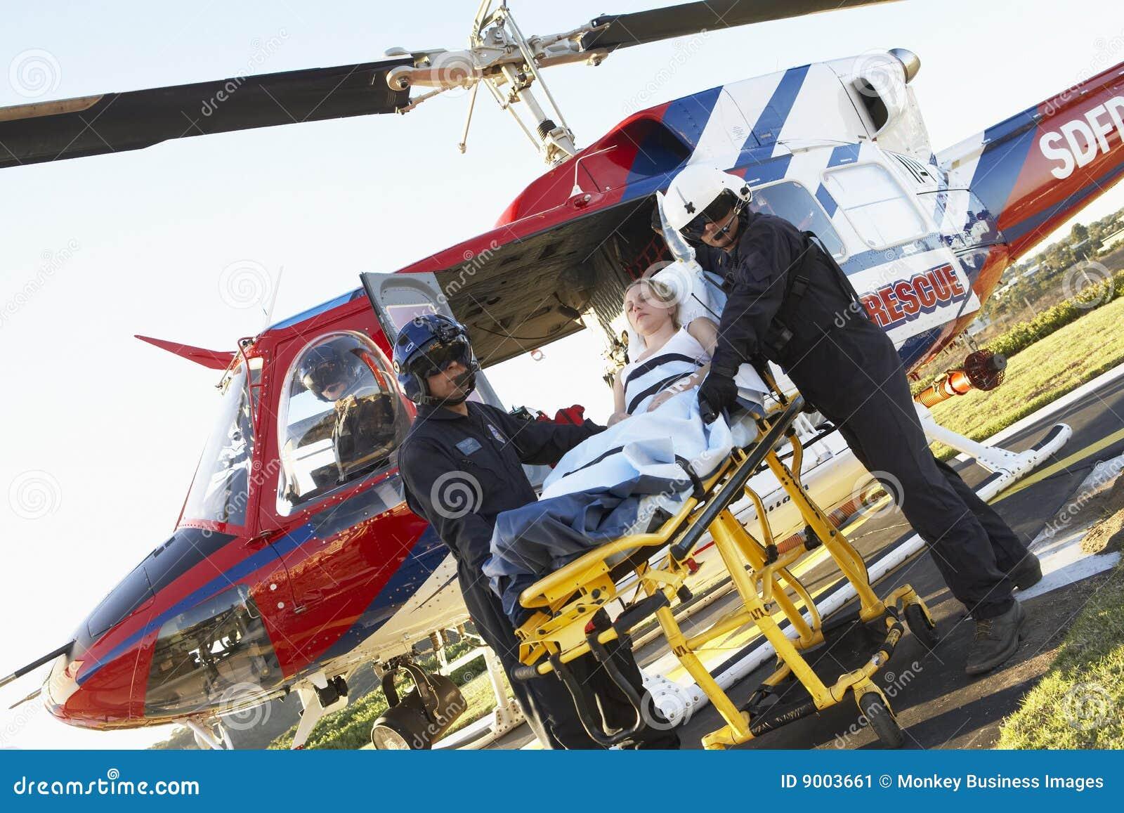 Sanitäter, die Patienten vom Hubschrauber aus dem Programm nehmen