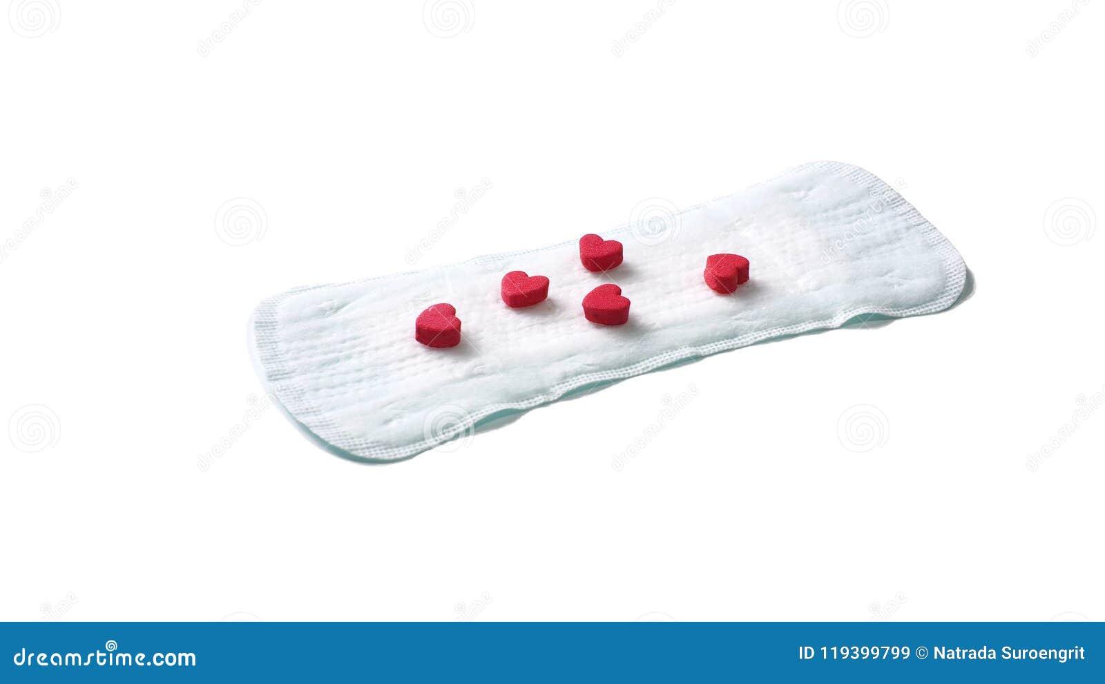 Sanitarna pielucha i czerwoni serca na białym background