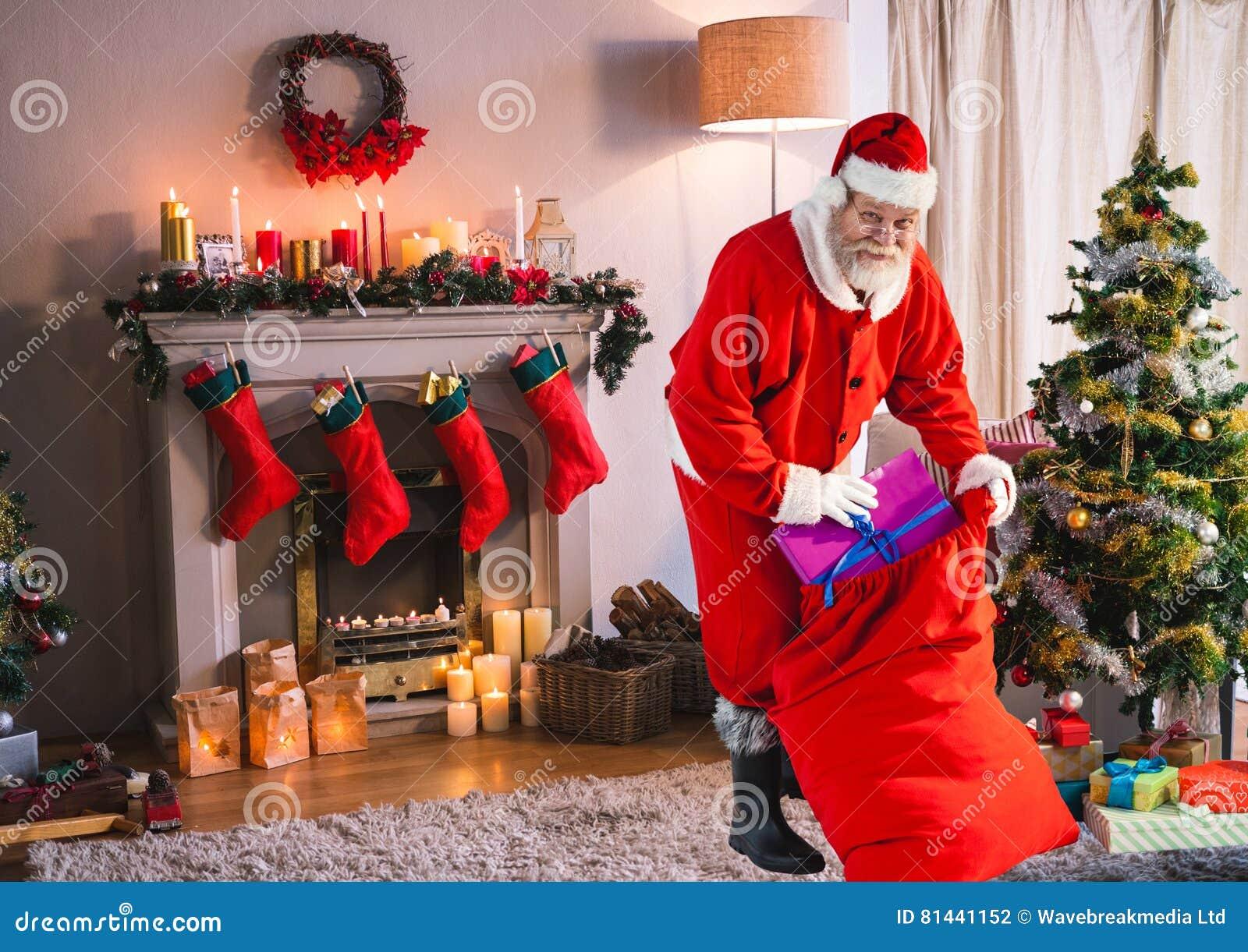Weihnachtsgeschenke Sack.Sankt Die Weihnachtsgeschenke In Sack Im Wohnzimmer Einsetzt