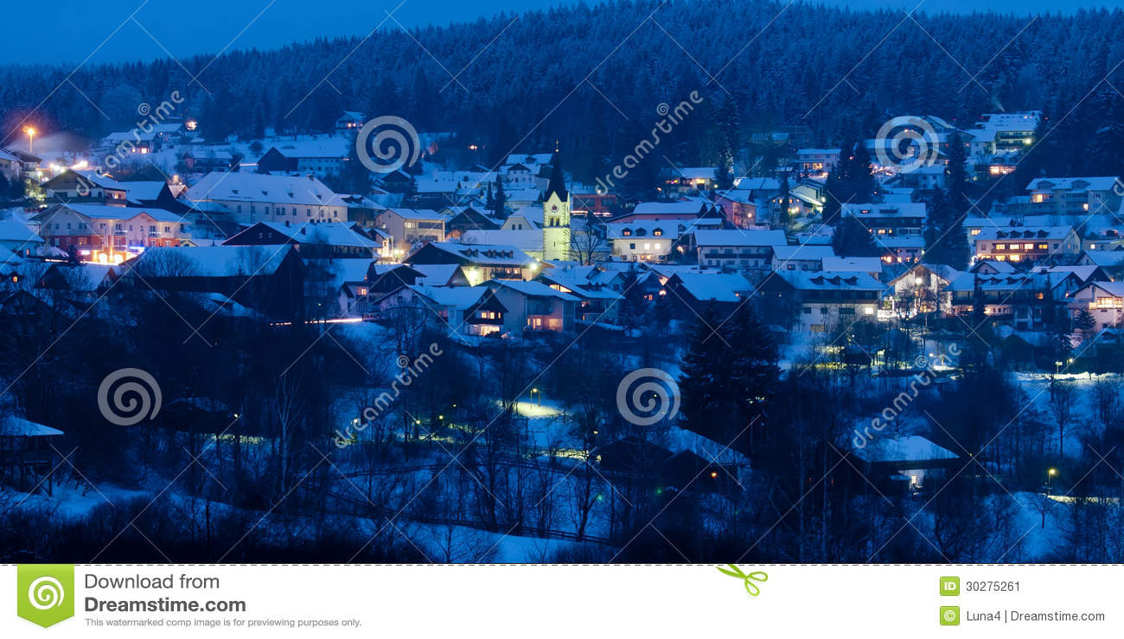 山滑雪胜地在晚上