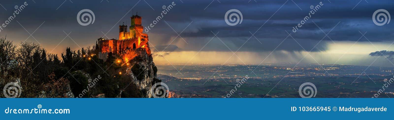 Sanmarinsk fästning av Guaita på solnedgången