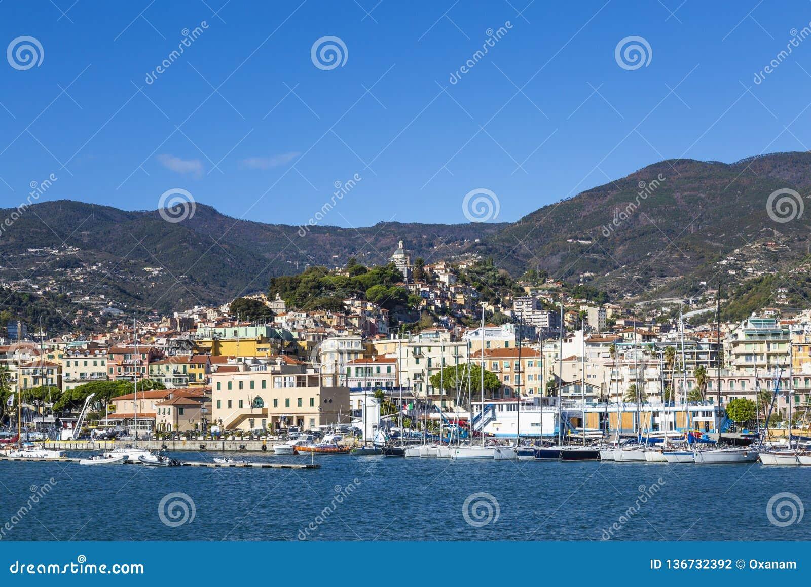 """Sanremo, Italien †""""November 14, 2017 - dagsikt från havet med fartyg och yachter till den gamla staden av Sanremo La Pigna och"""