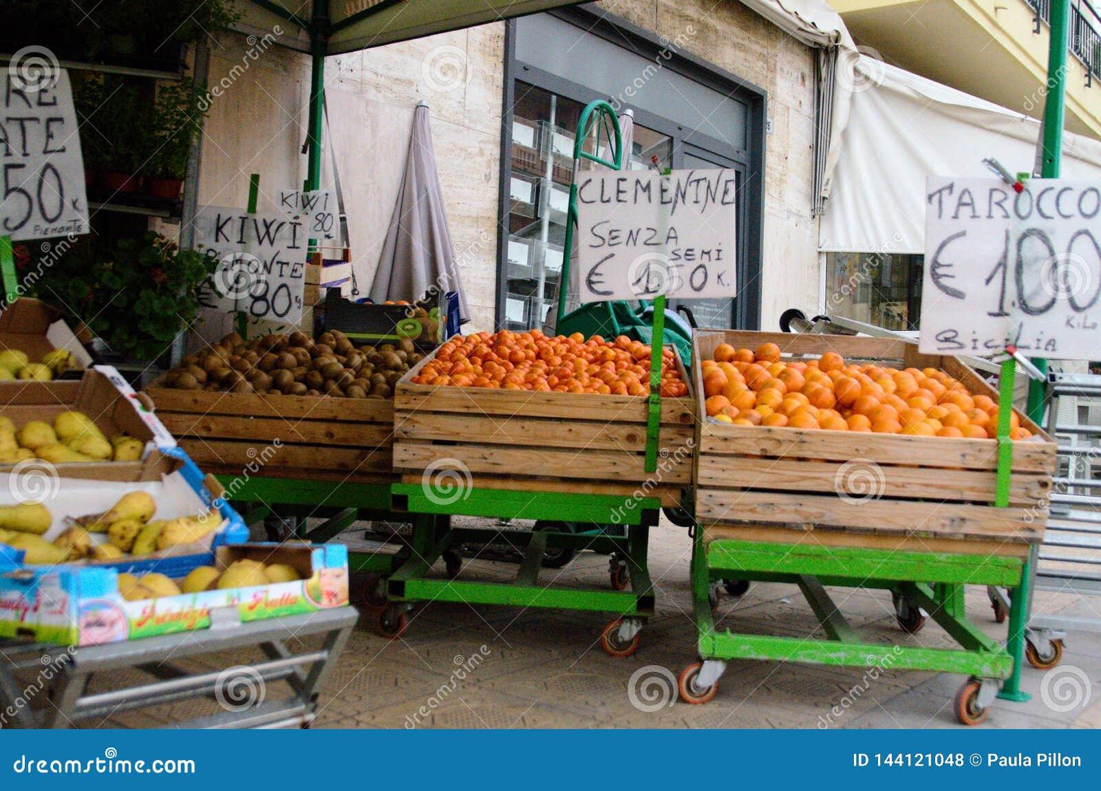 Sanremo, Włochy, Kwiecień 2019: owocowy sprzedawca