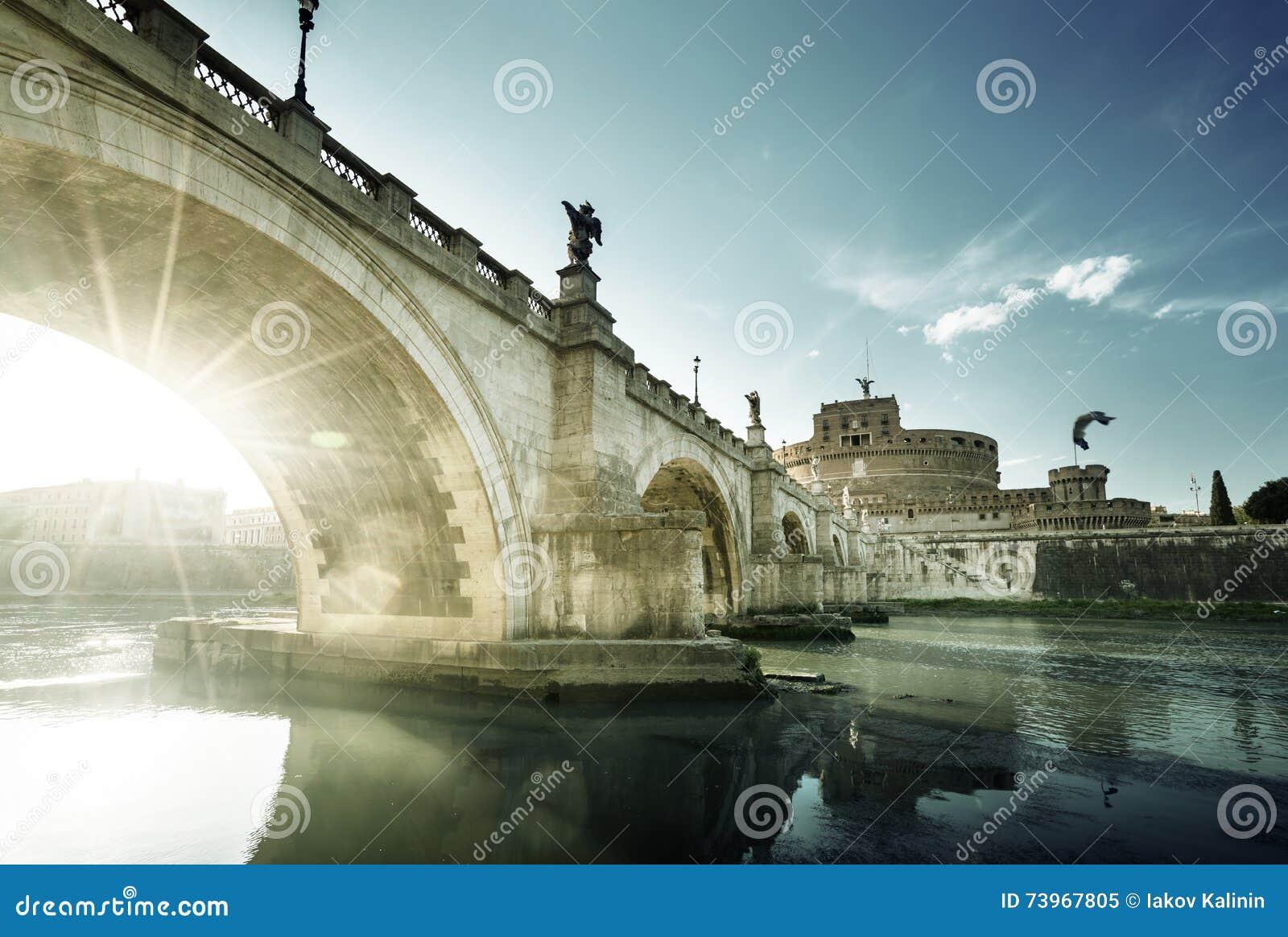 sant angelo castle y puente en tiempo de la puesta del sol