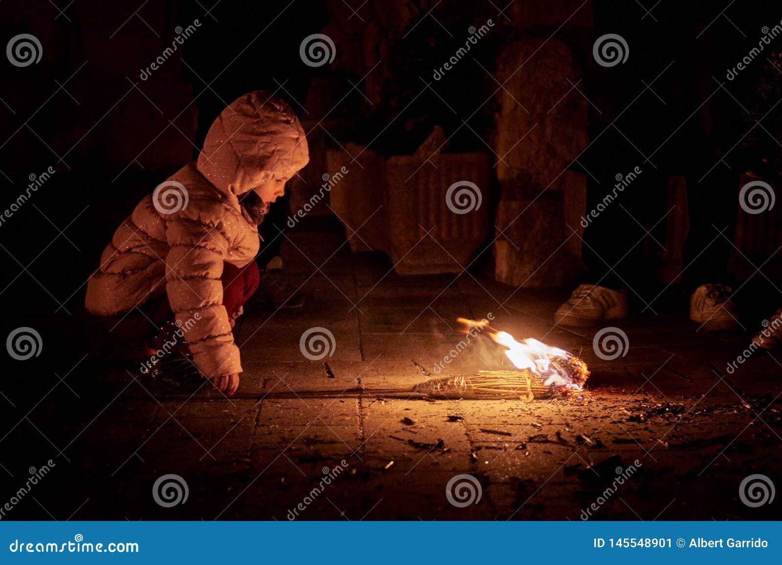 Sant Julià de Cerdanyola, Испания - 24-ое декабря 2018: маленькая девочка с вашим отцом в faia fia