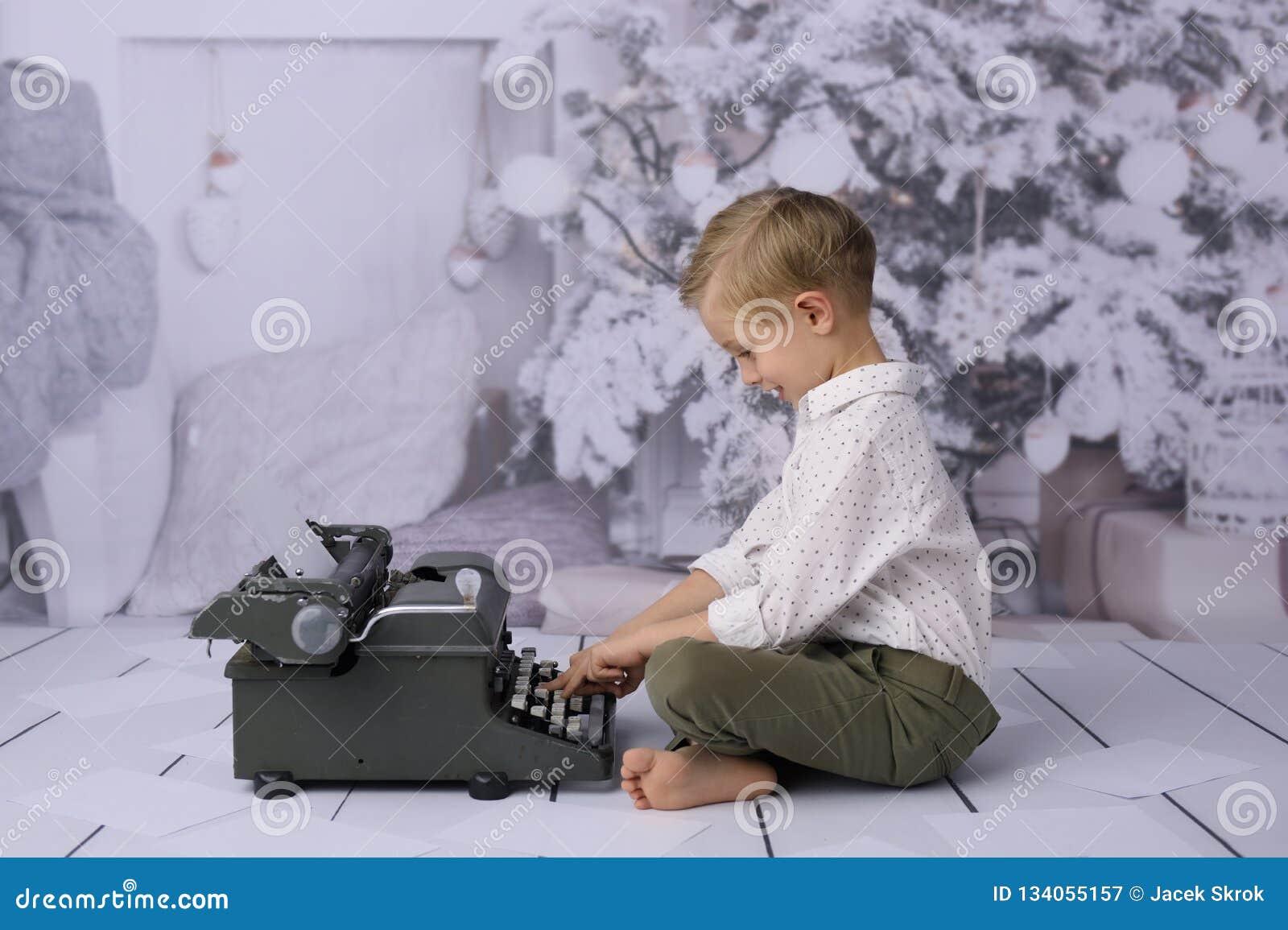 Santa επιστολών Claus santa επιστολών Claus Ένα ευτυχές παιδί γράφει έναν κατάλογο δώρων