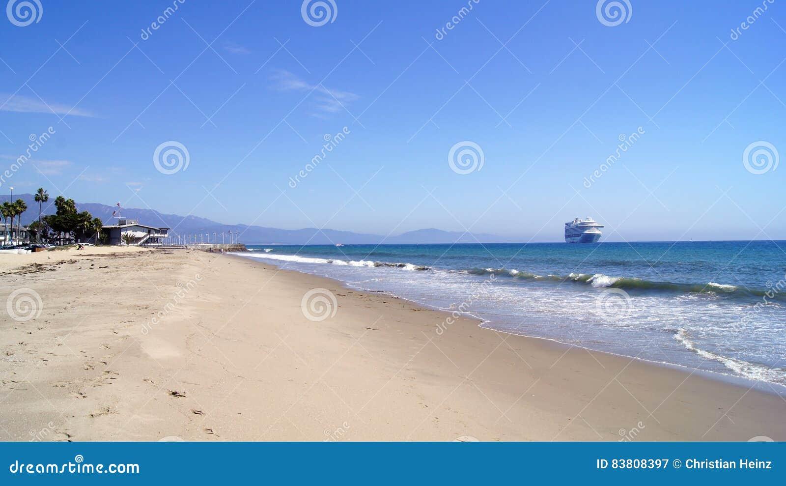 SANTA BARBARA, CALIFORNIË, de V.S. - OCT achtste, 2014: het strand van stadsleadbetter met een cruisevoering