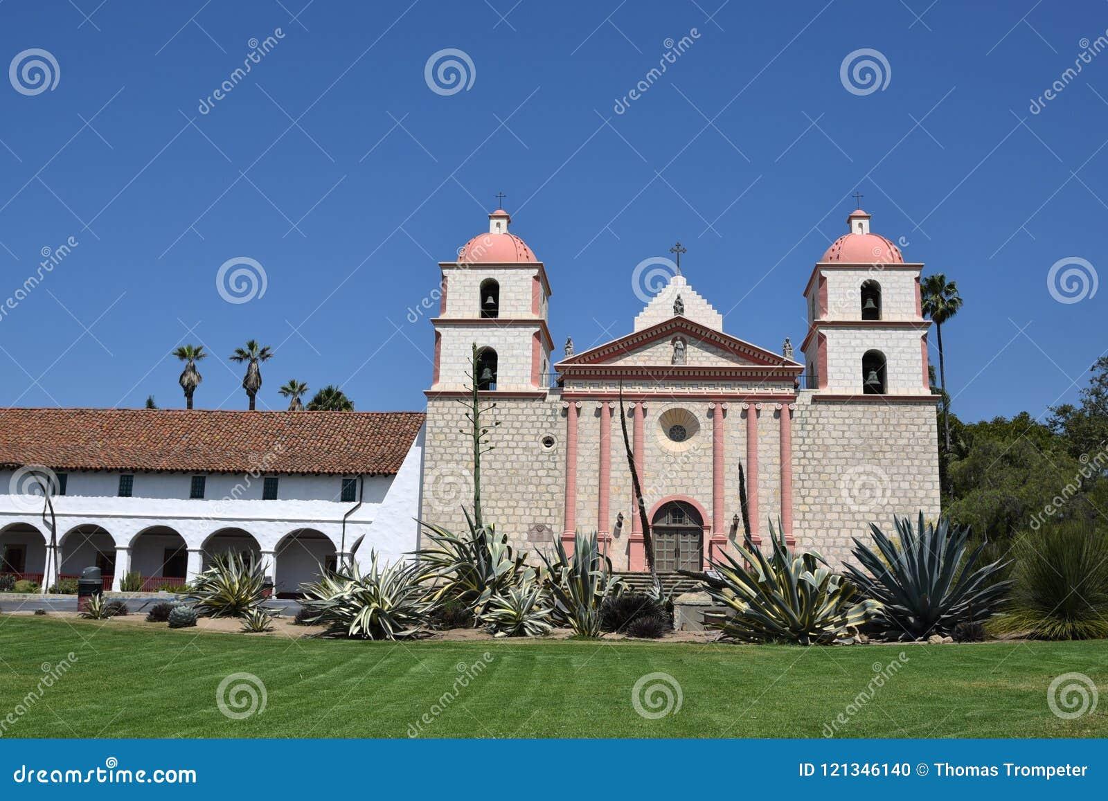 Santa Barbara Mission contra un cielo azul