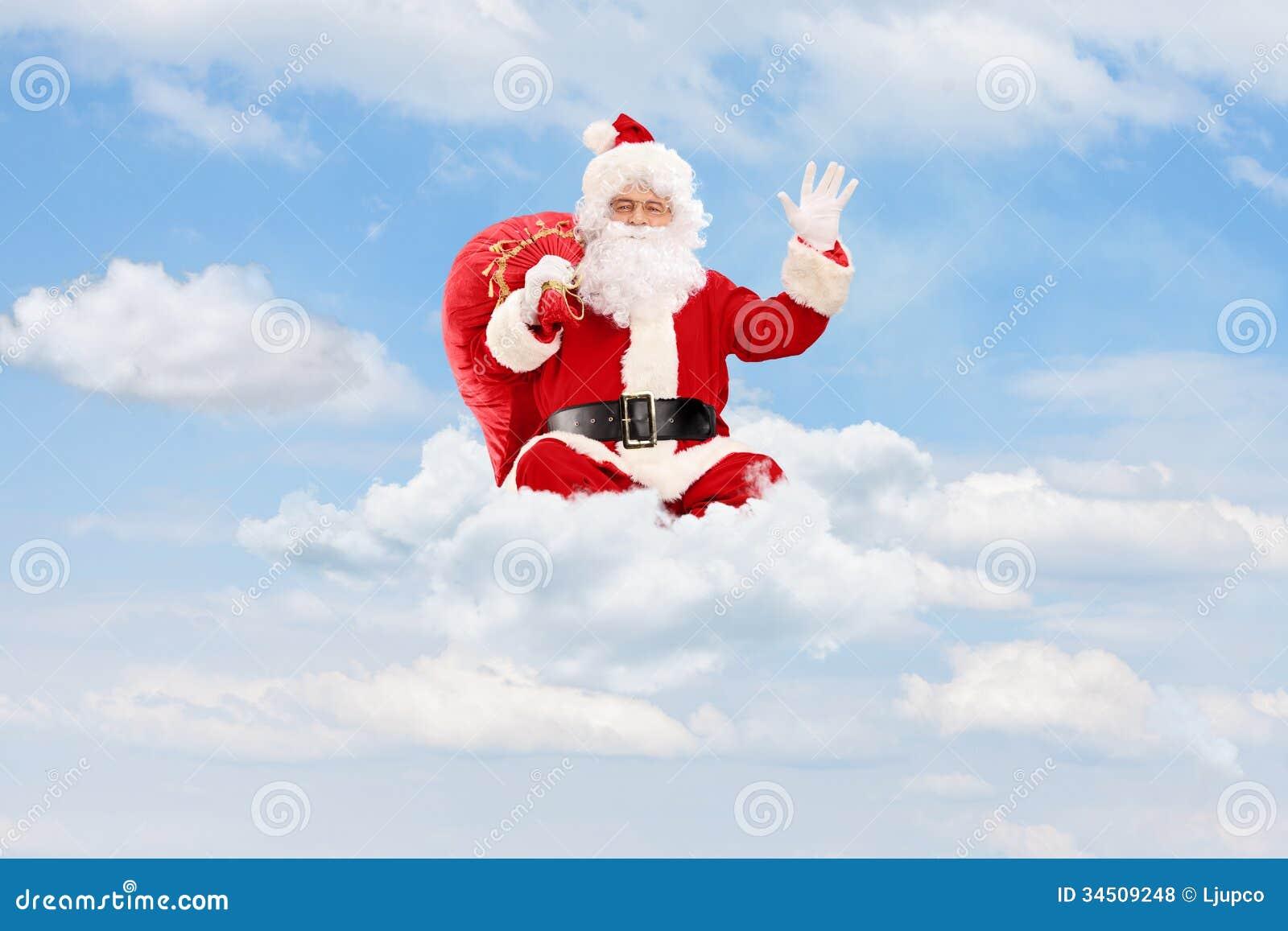 Santa Claus assentou nas nuvens que guardam um saco e uma ondulação