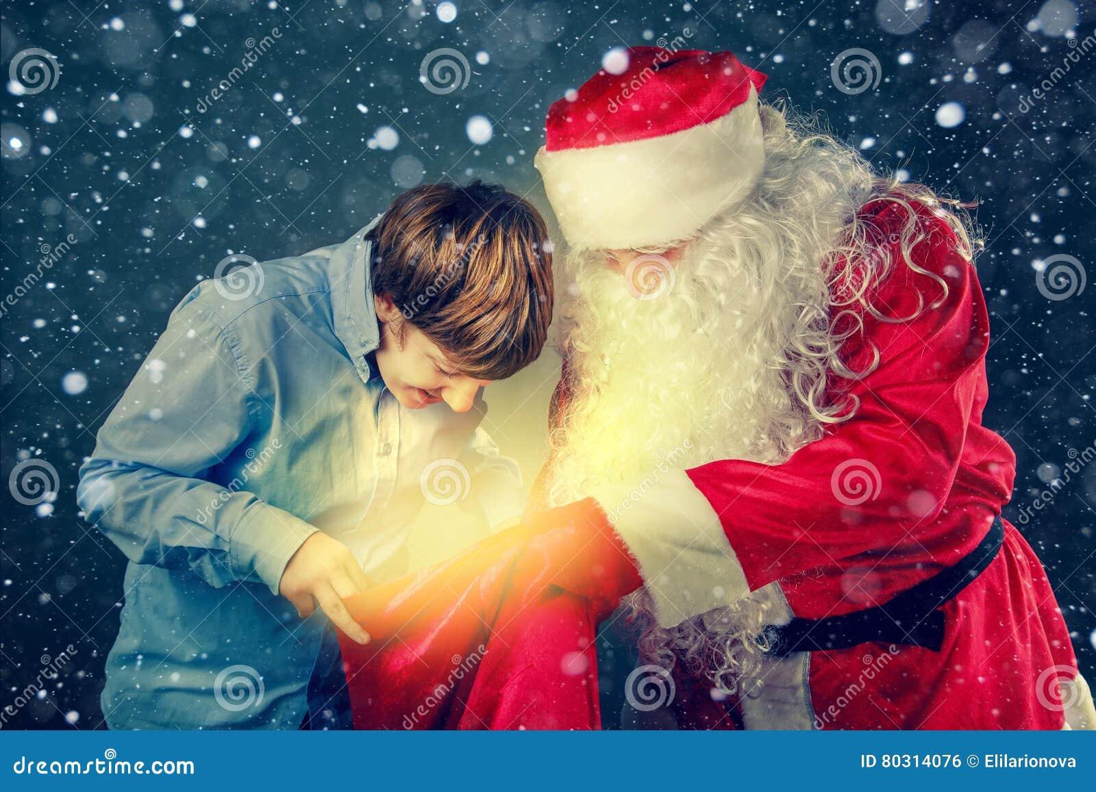 Santa Claus authentique a apporté des cadeaux