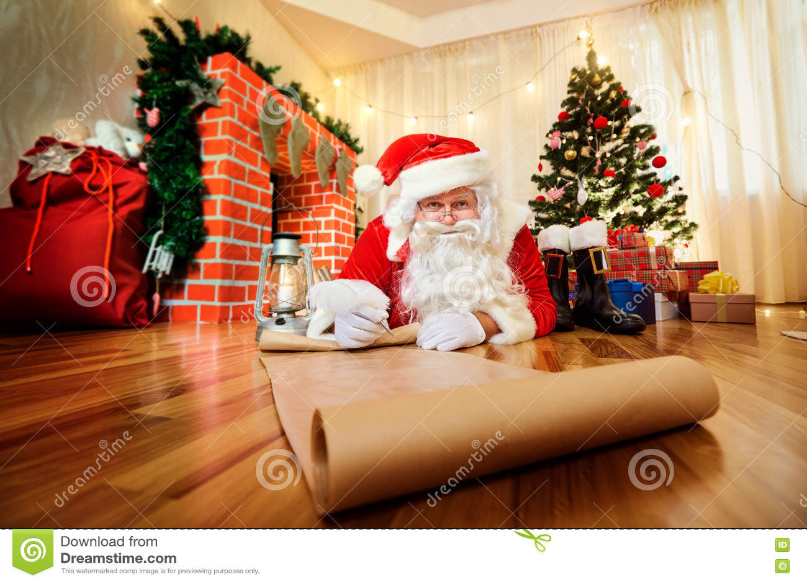 Santa Claus bij Kerstmis, Nieuwe Year& x27; s Vooravond schreef een lijst van giften t