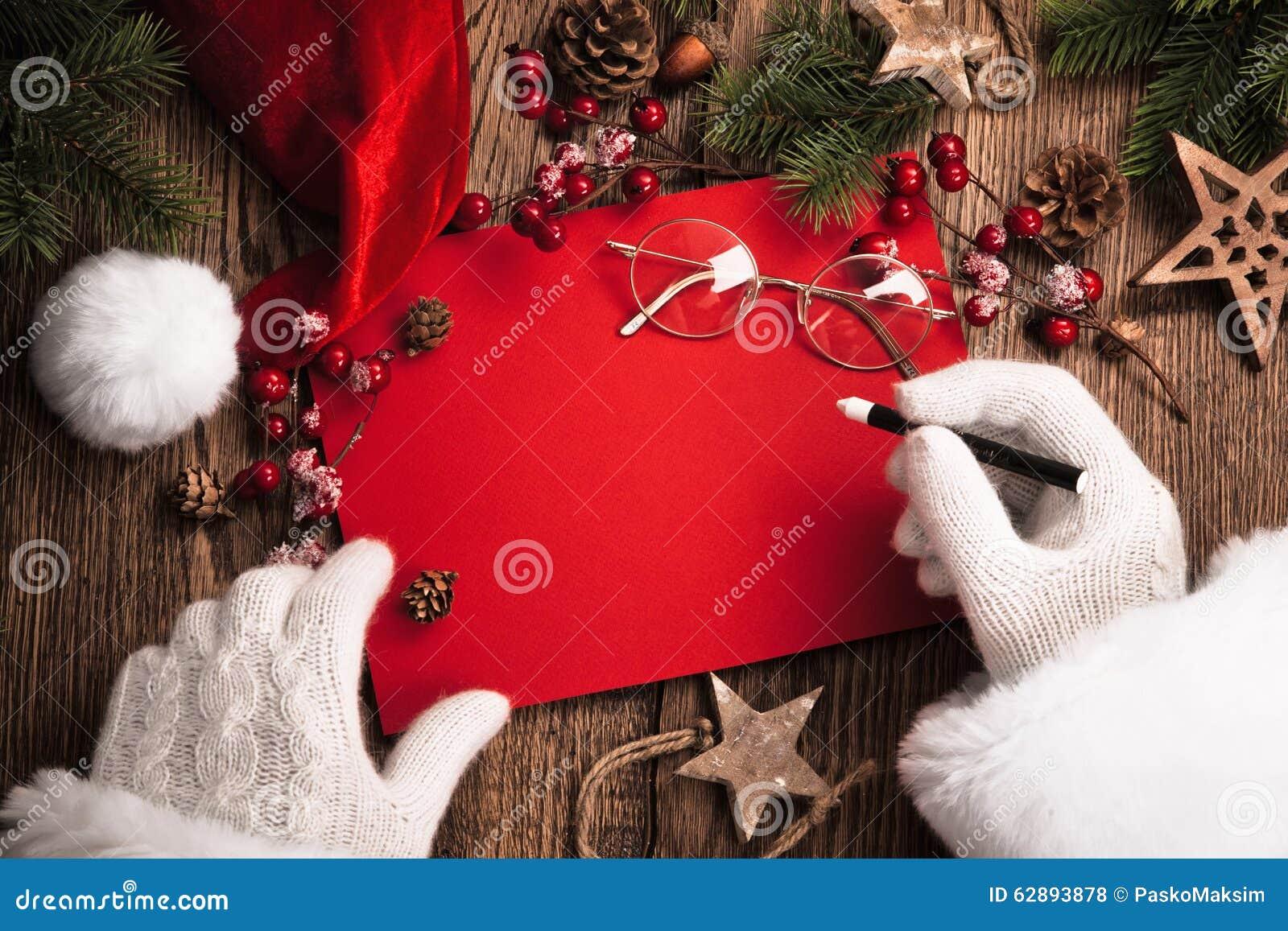 Santa Claus com cartão vermelho