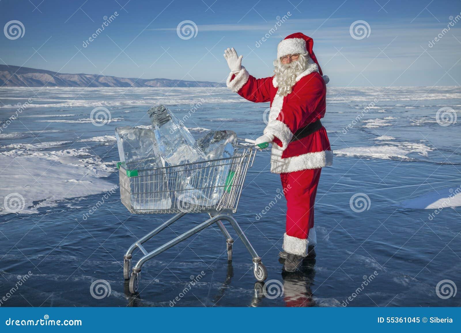 Santa Claus con un carrello di ghiaccio puro nel lago Baikal di inverno
