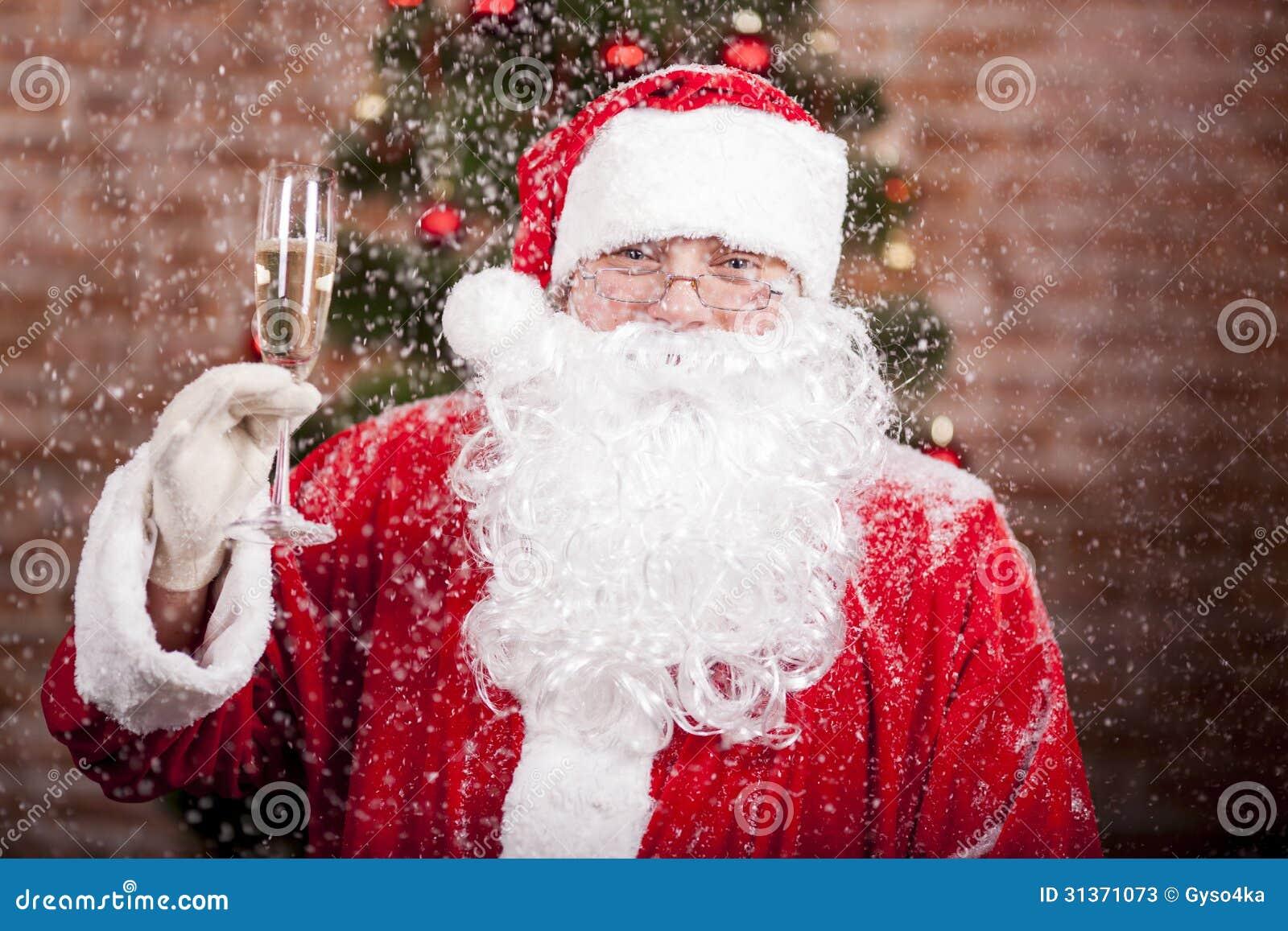 Santa Claus con un vetro del champagne del vino spumante