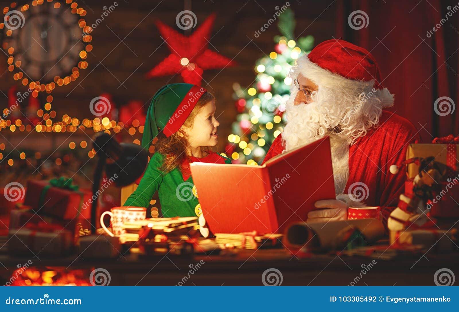 Santa Claus czyta książkę mały elf choinką