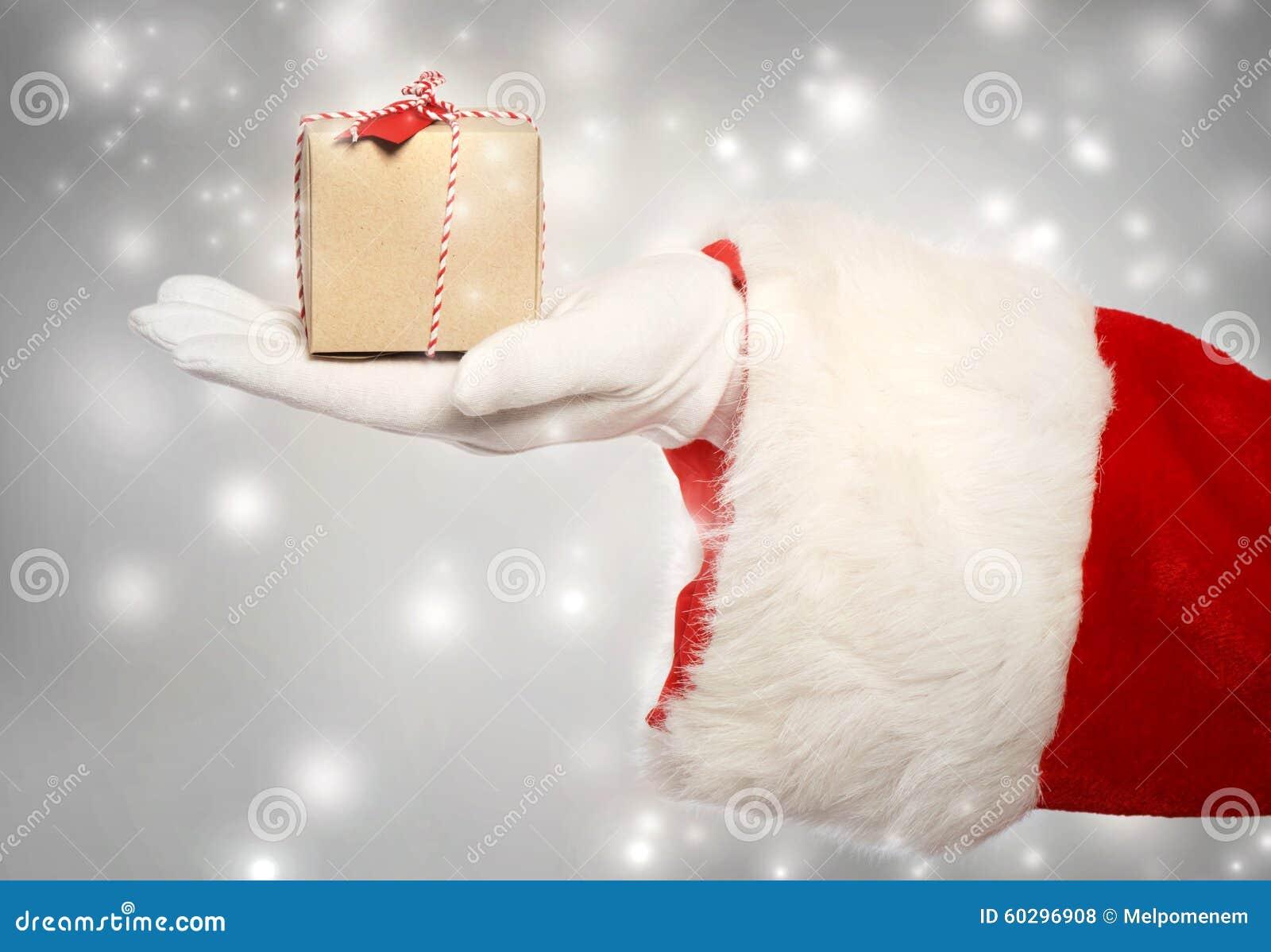 Santa Claus daje małemu boże narodzenie teraźniejszości pudełku