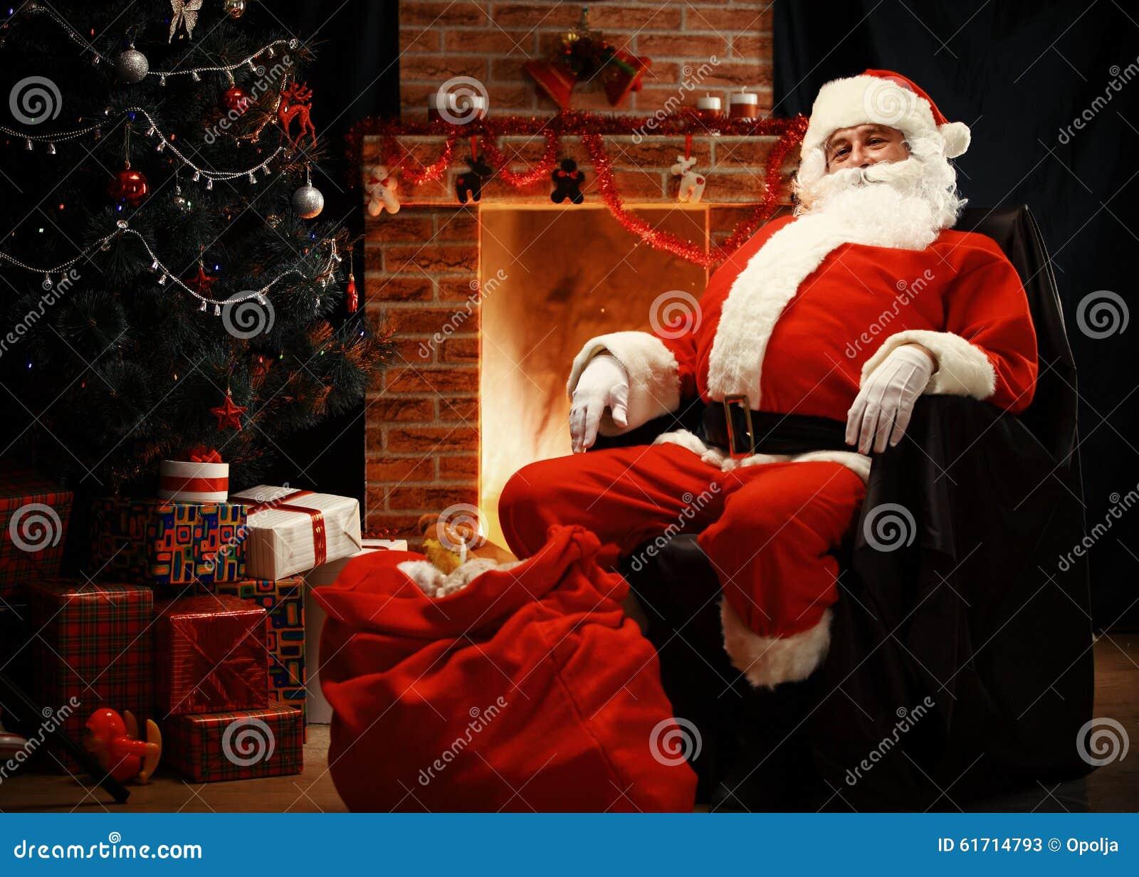 Santa Claus die een rust als comfortabele voorzitter hebben