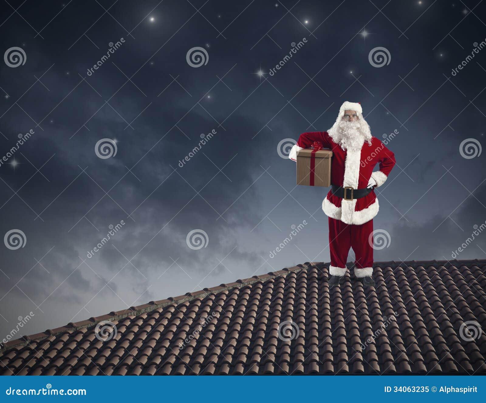 Santa Claus em um telhado