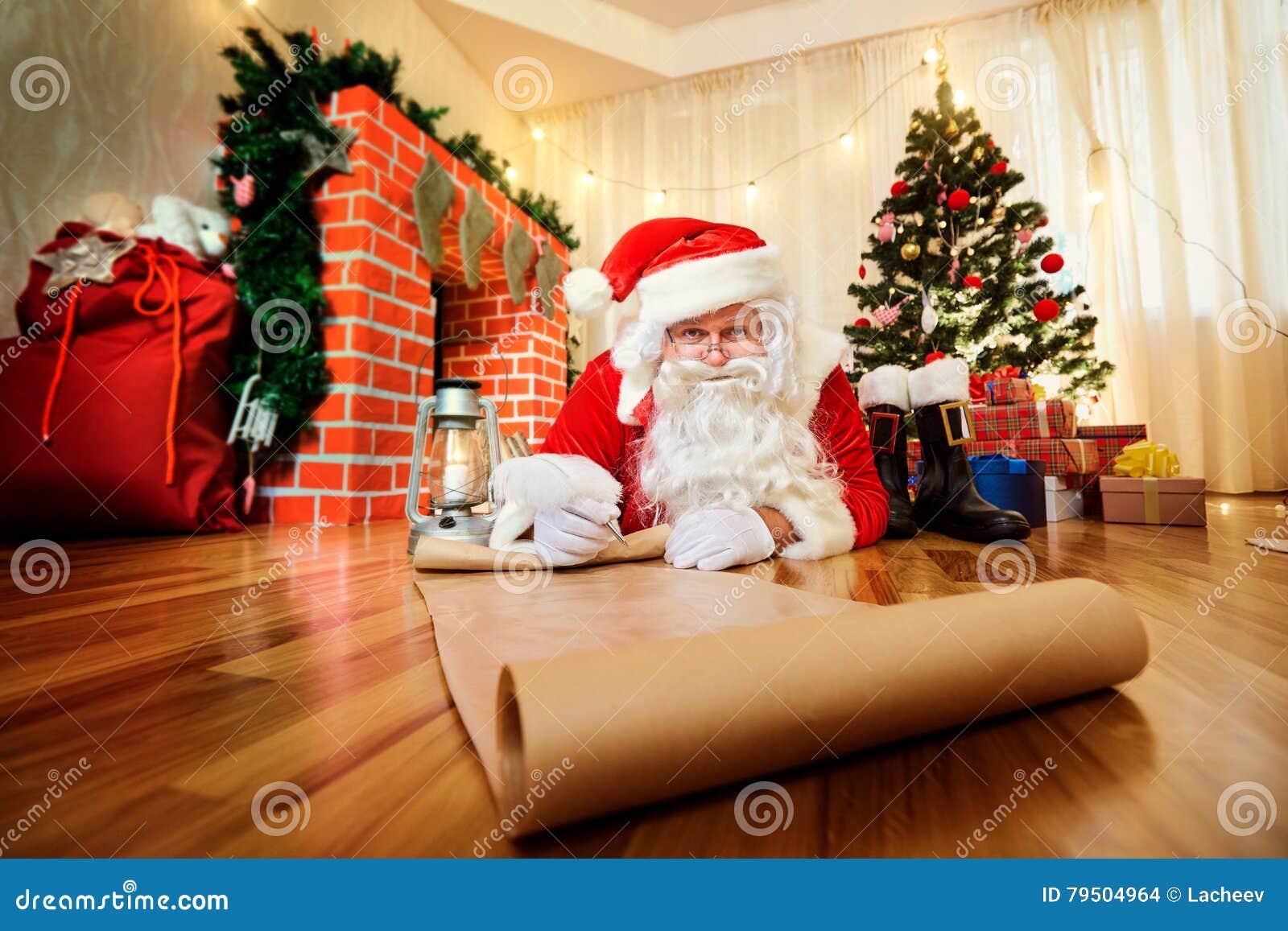 Santa Claus en la Navidad, nuevo Year& x27; s Eve escribió una lista de los regalos t