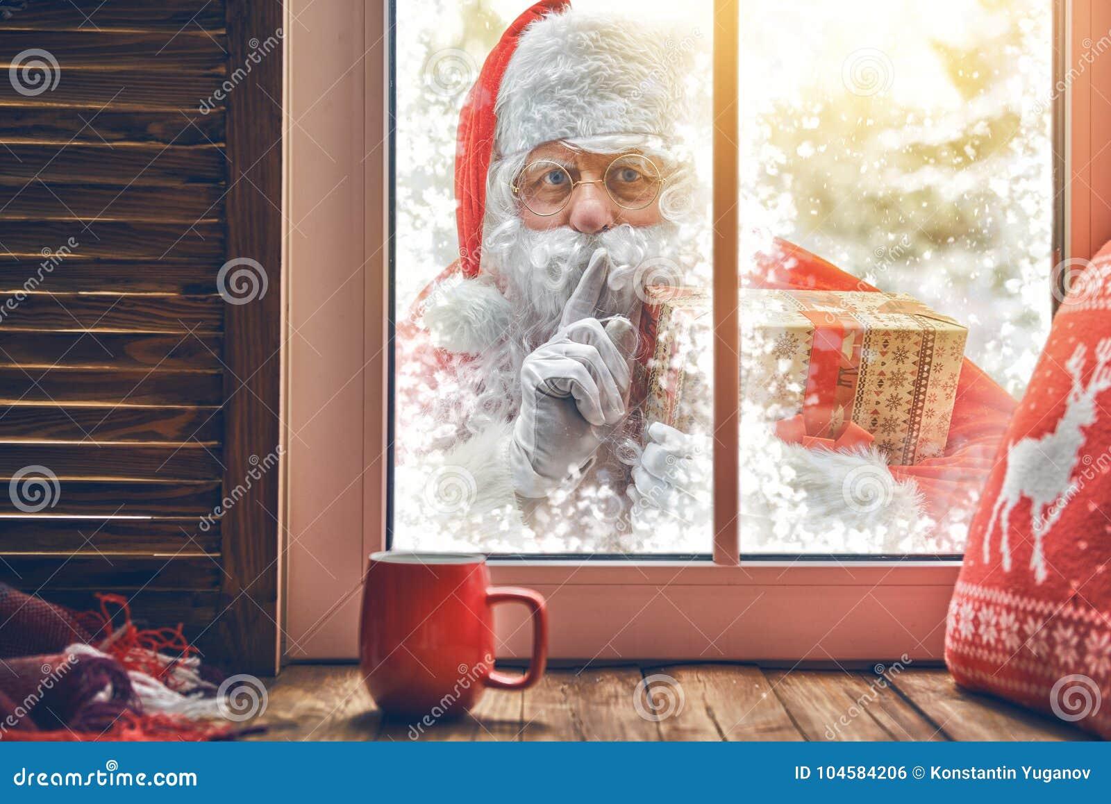 Santa Claus está batendo na janela