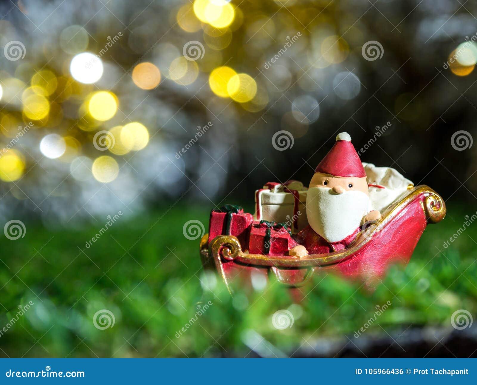 Santa Claus felice con il contenitore di regali sulla slitta della neve che va alloggiare vicino alla casa abbia il pupazzo di ne