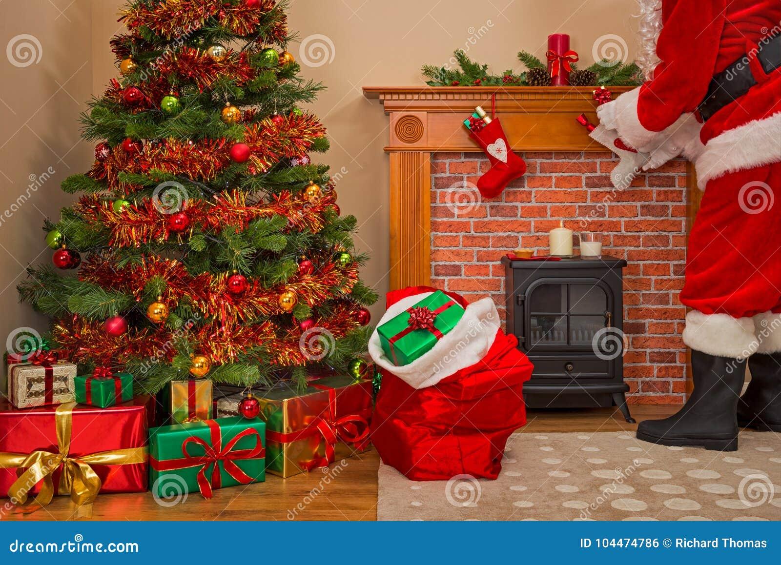 Santa Claus fournissant des présents le réveillon de Noël