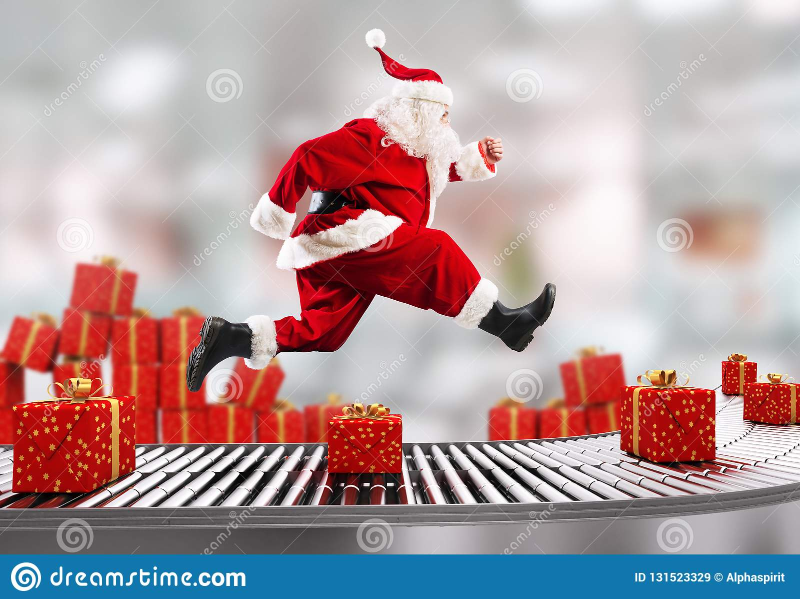 Santa Claus funziona sul nastro trasportatore per sistemare le consegne a tempo di Natale
