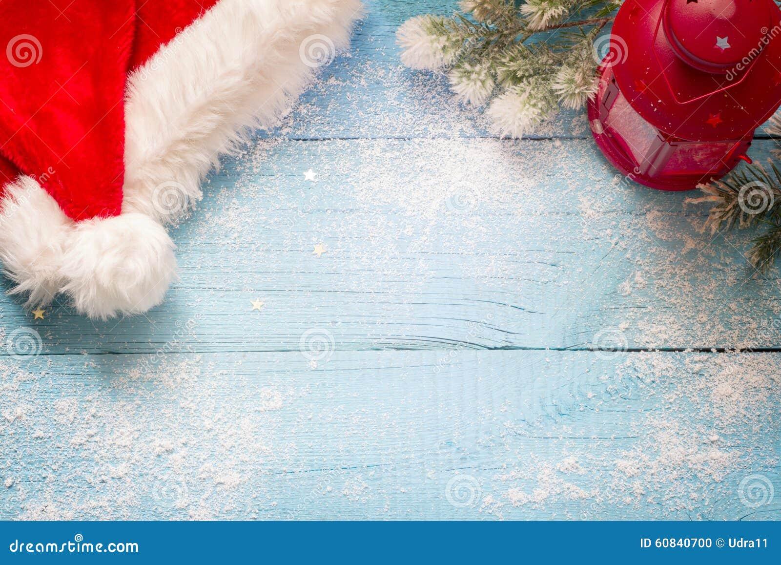 Santa Claus hatt och lykta på blått snöig brädeabstrakt begrepp