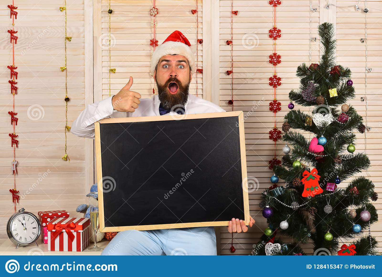 Santa Claus i hatt med den chockade framsidan visar upp tummar