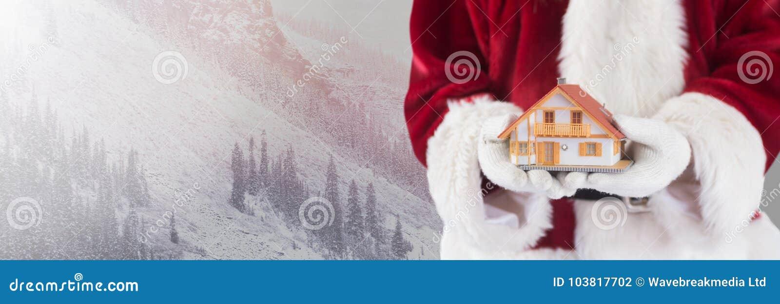 Santa Claus i vinter med hemmet i händer