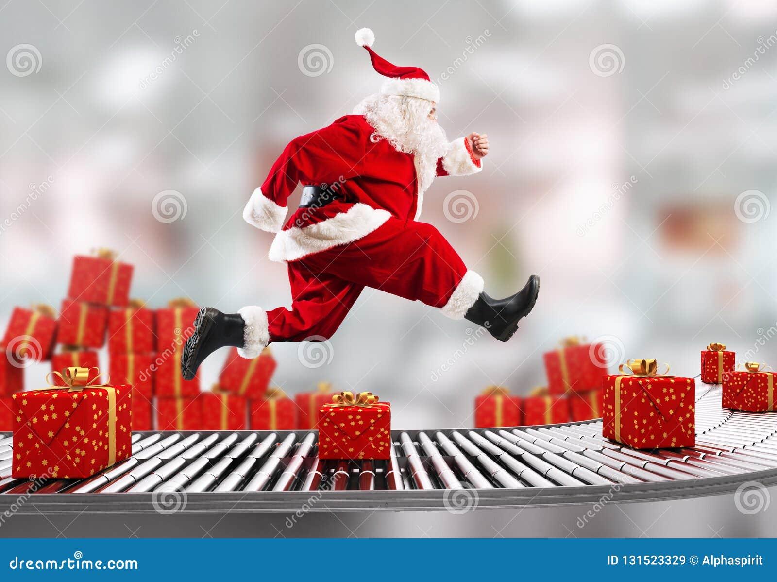 Santa Claus läuft auf dem Förderband, um Lieferungen zur Weihnachtszeit zu vereinbaren