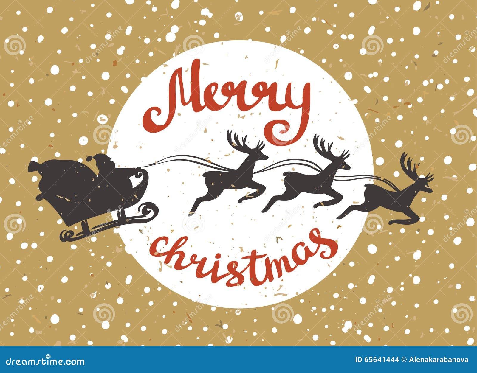 Santa Claus monte dans un traîneau dans le harnais sur les rennes