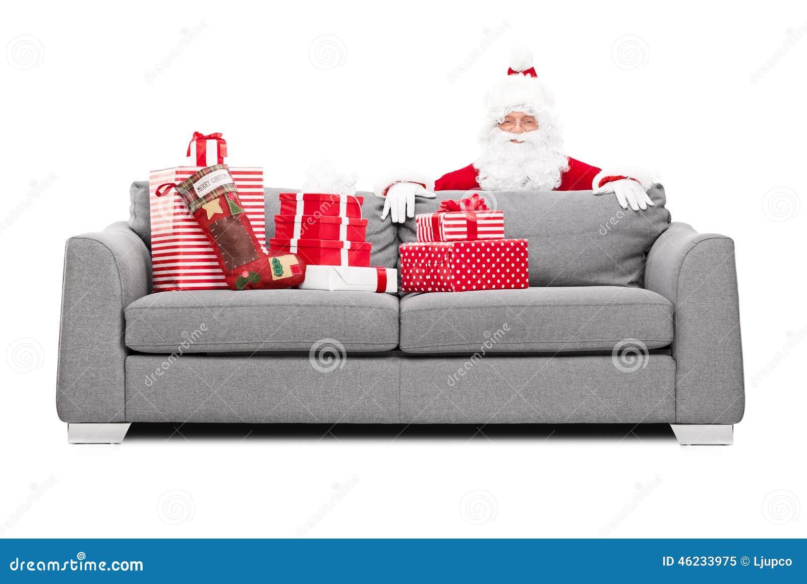 Santa Claus nederlag bak en soffa mycket av gåvor