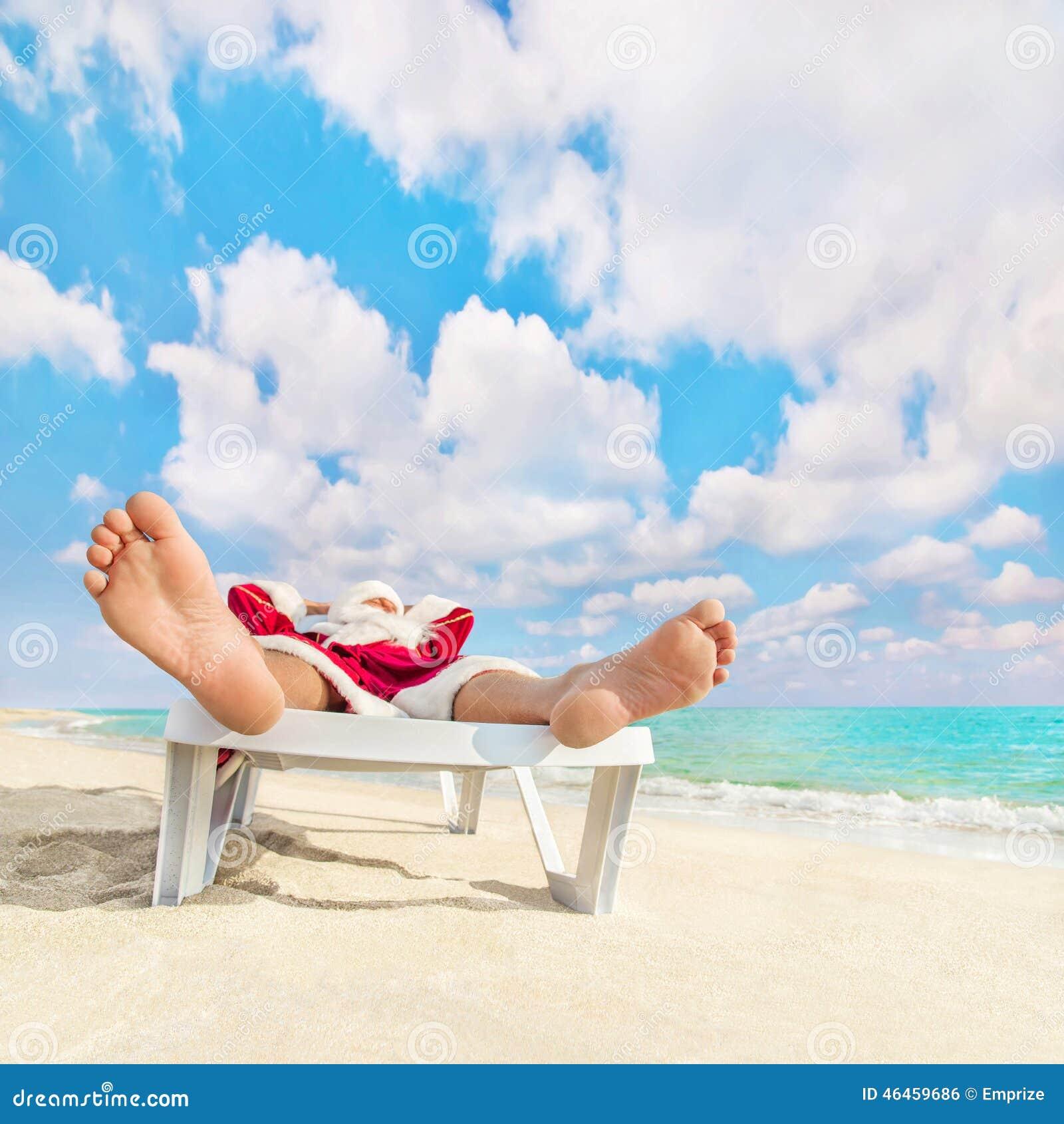 Santa claus ont le repos d 39 e dans la chaise longue sur la plage de mer photo stock image du - La chaise longue toulouse ...