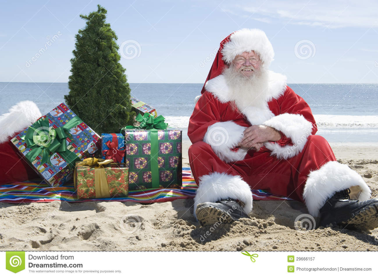 Santa Claus With Presents And Tree-Zitting op Strand