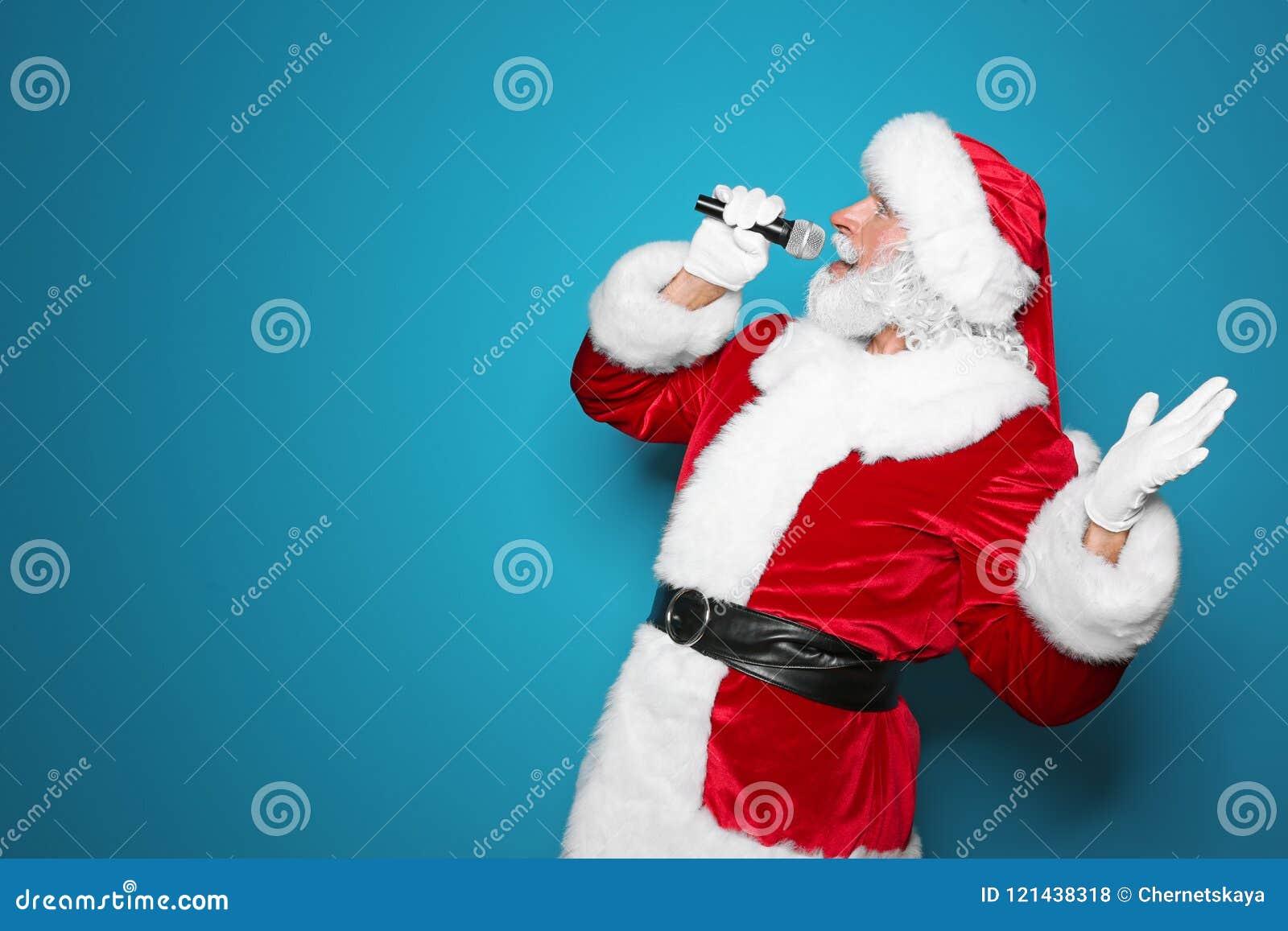Santa Claus que canta no fundo da cor do microfone Música do Natal