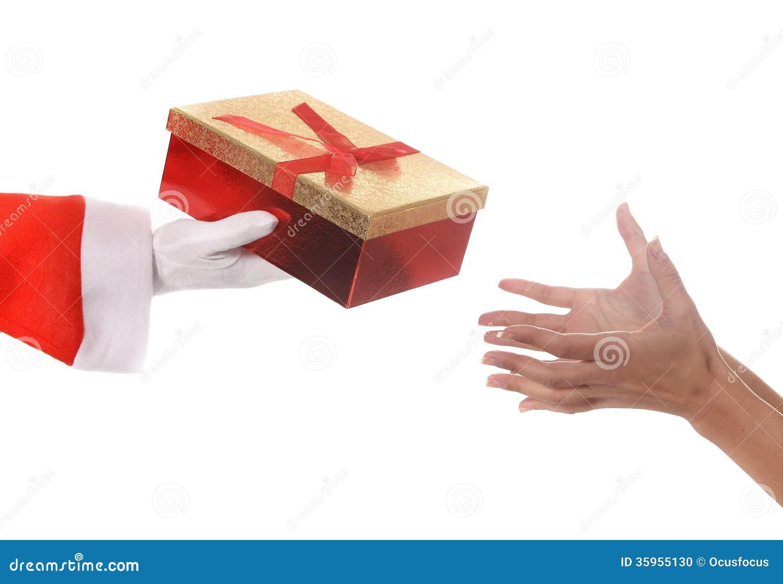 Santa Claus que da el regalo de Navidad a la mujer