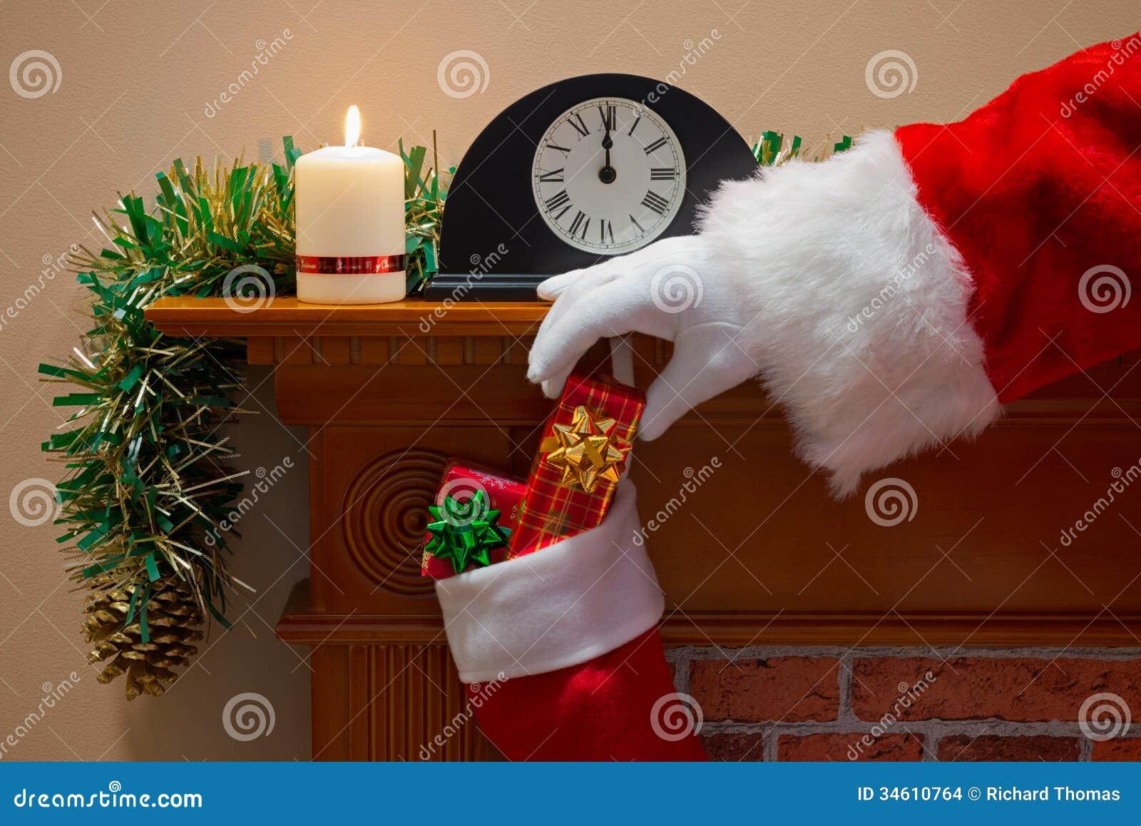 Santa Claus que entrega presentes na Noite de Natal