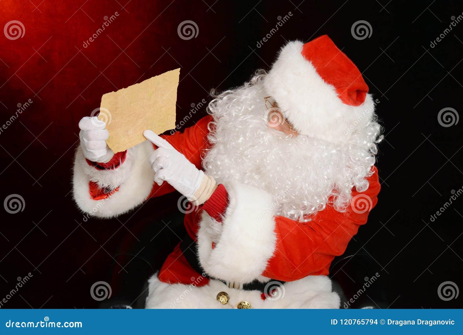 Santa Claus que mostra uma letra