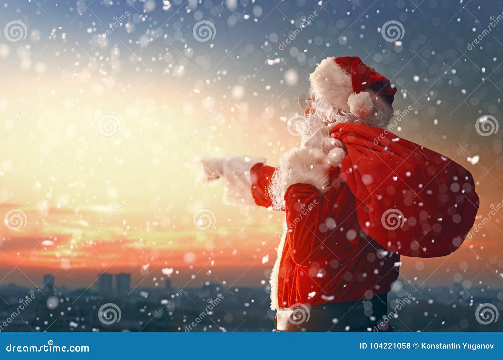 Santa Claus que olha a cidade