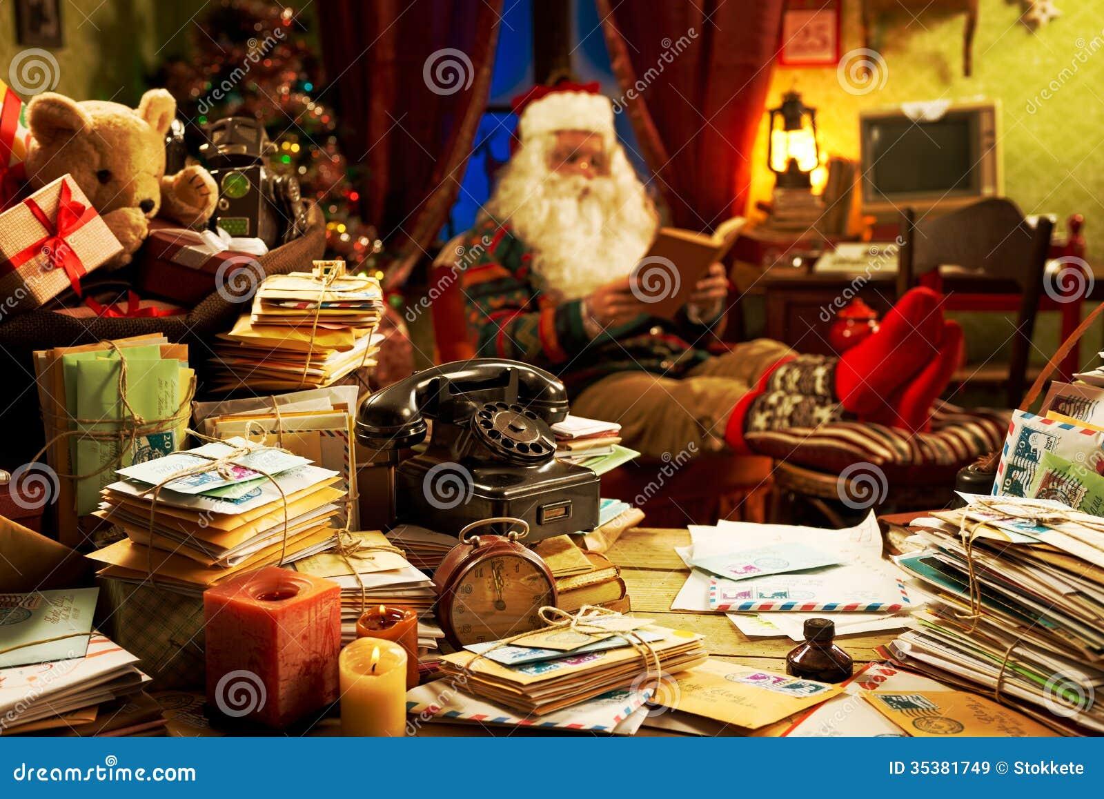 Santa Claus que relaxa em casa