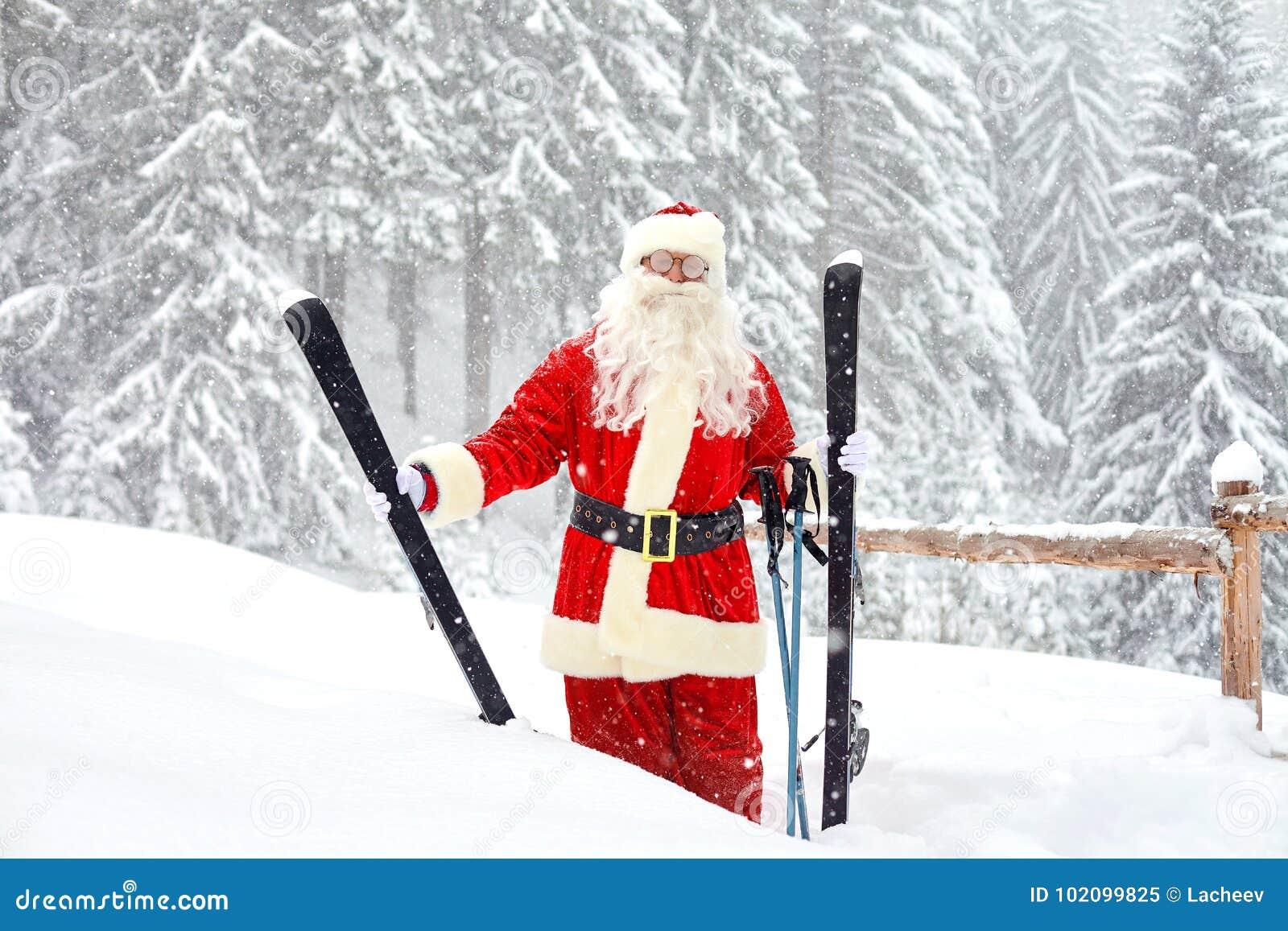 Santa Claus-skiër op de achtergrond van het skilandschap
