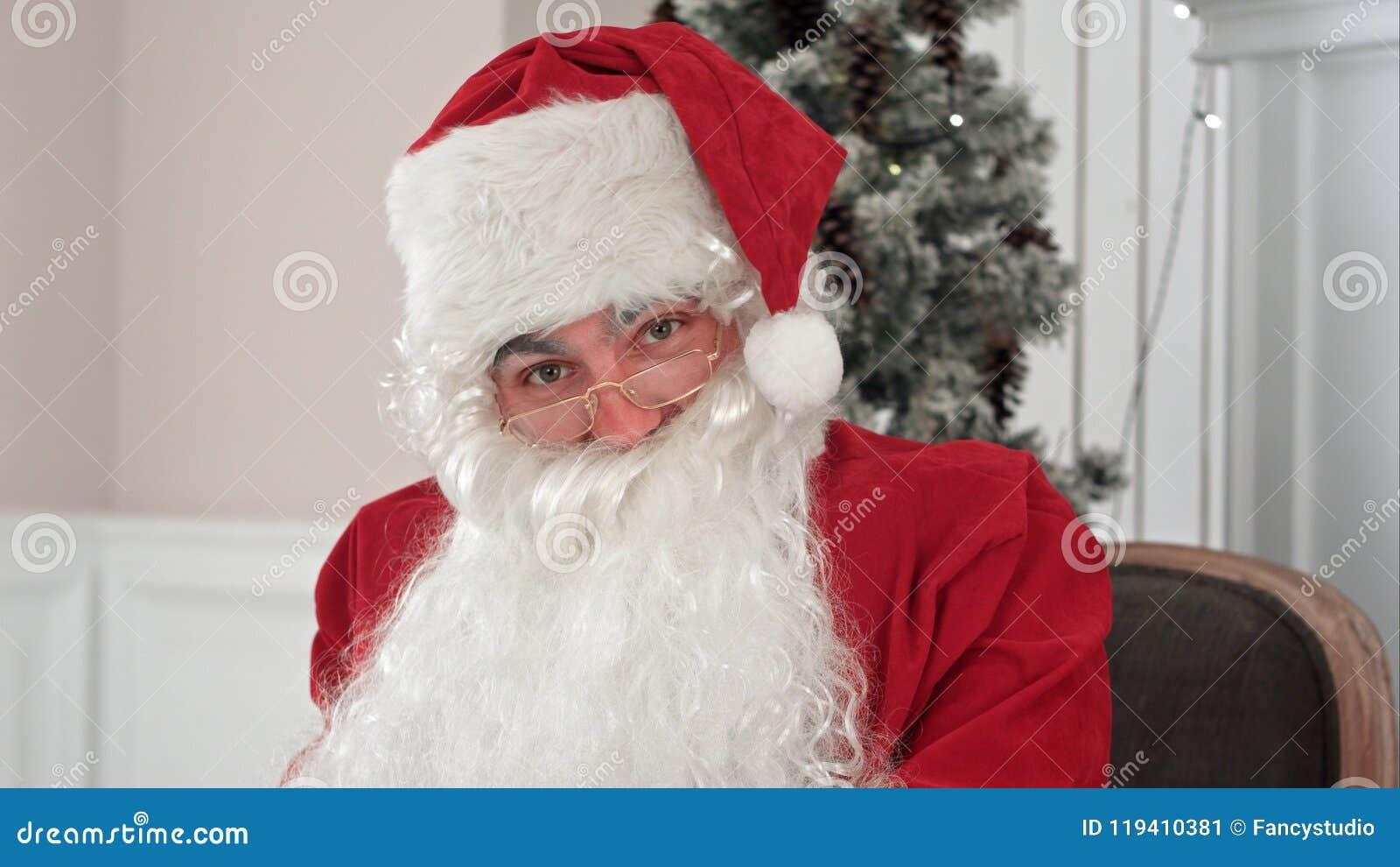 Santa Claus svarande julbokstäver och samtal till en kamera