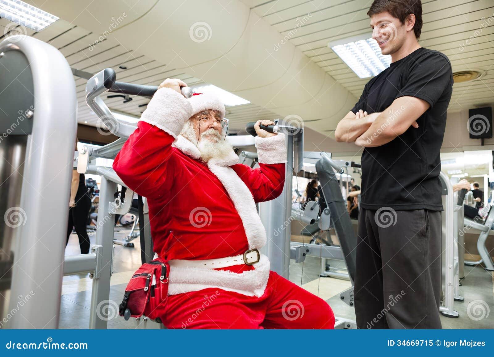 Santa com o instrutor pessoal no gym
