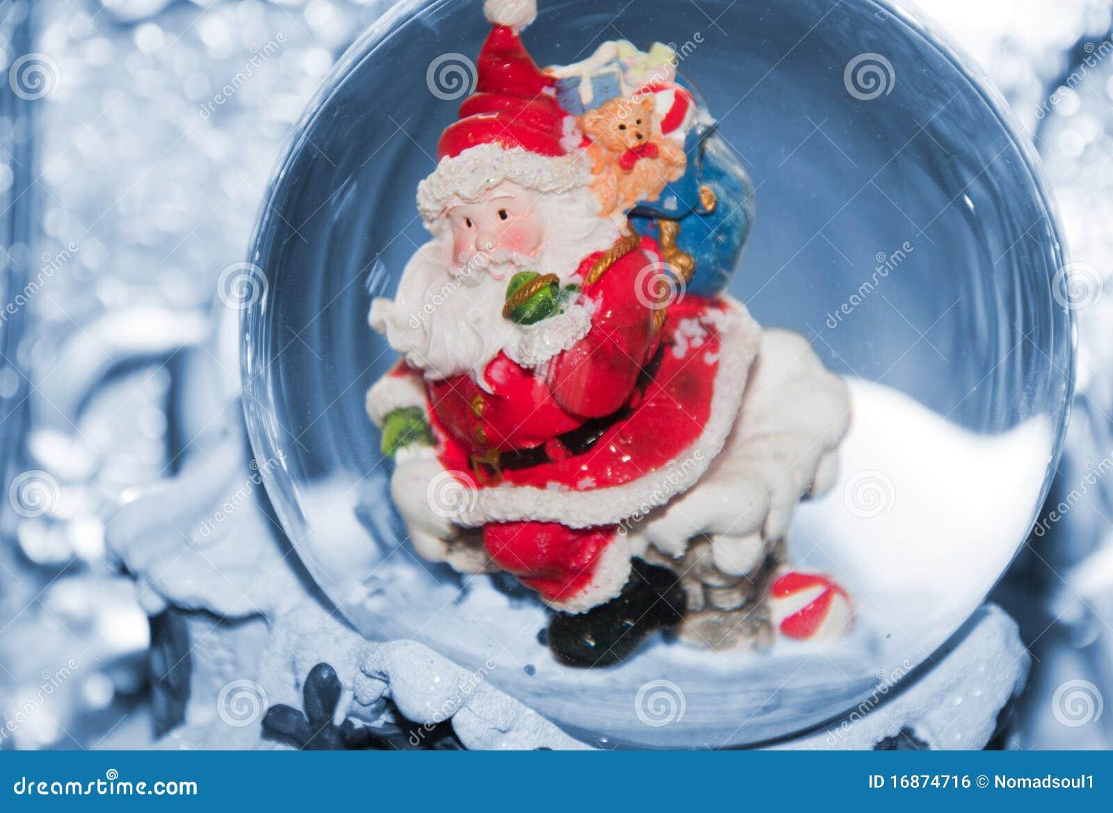 Santa com o saco no telhado